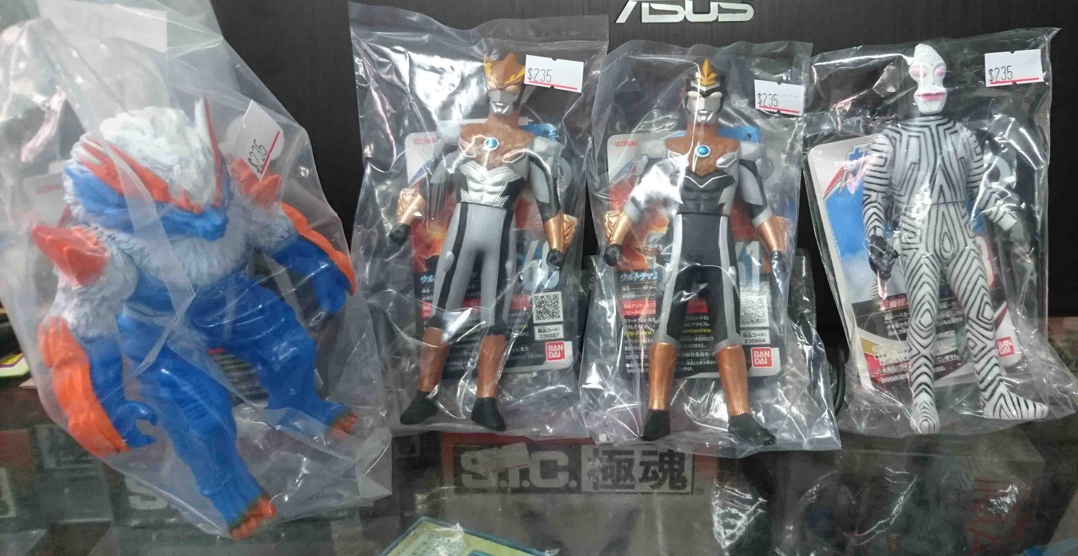 超人力霸王奧特曼軟膠4隻,內含三面怪達達、羅索、布魯、赫羅波羅斯。